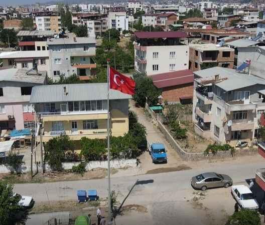 Nazilli Belediyesi, Bozyurt Mahallesi'nde dev Türk bayrağını göndere çekti