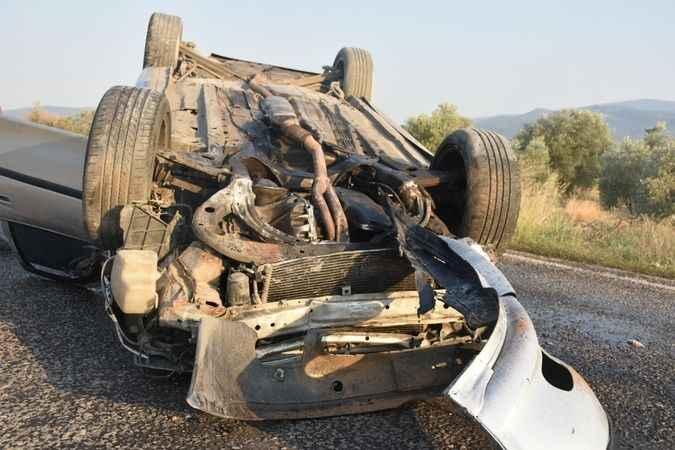 Karacasu'da refüje çarpan araç takla attı
