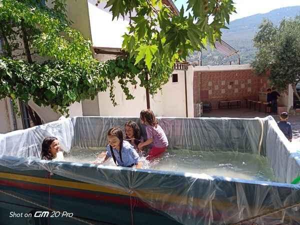 Çocuklar yüzebilsin diye römorku havuza çevirdiler