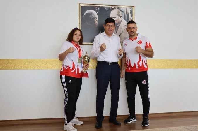 Başkan Özcan, Avrupa 3.'sü Fatma'yı altınla ödüllendirdi