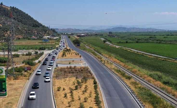 Tatilciler trafikte yoğunluk oluşturuyor