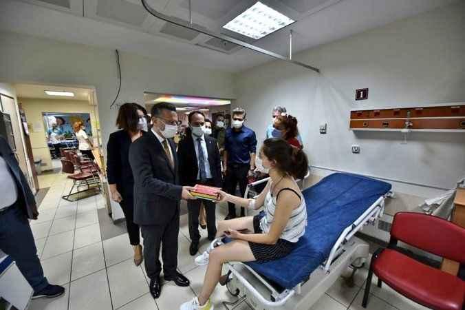 Vali Aksoy bayramda hasta çocukları unutmadı