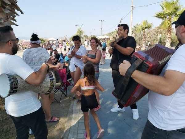 Kuşadası'nda müzisyenler bayramda gelen misafirleri coşturdu