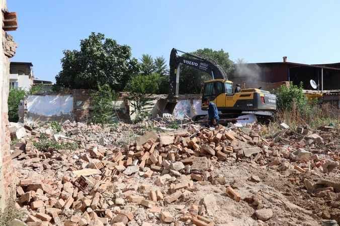 Nazilli'de metruk binaların yıkımı devam ediyor