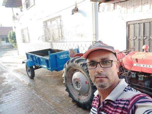 Traktör ve minibüsüyle ücretsiz hizmet veriyor