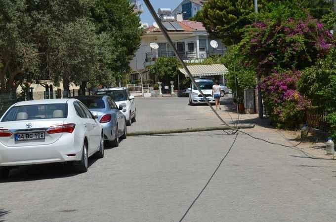 Devrilen direkler park halindeki araçlara zarar verdi