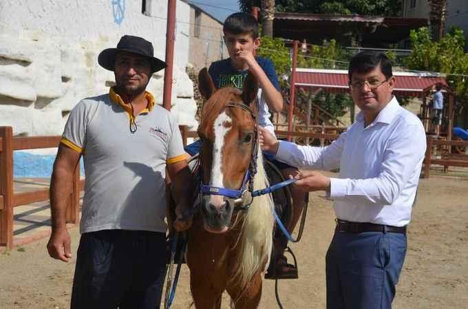 Otizmli çocuklar, atla terapiyle mutlu oluyor