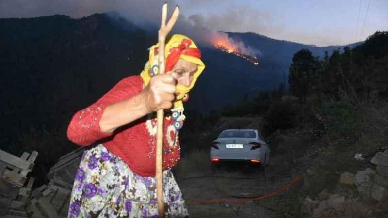 Karacasu'da yangın tehdidi altındaki evler boşaltılıyor