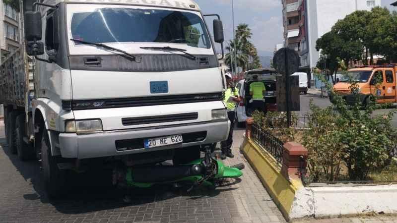 Nazilli'de, motosiklet kamyonu altından kaldı
