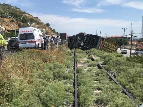 Aydın'da tren hattına devrilen tırın sürücüsü yaralandı