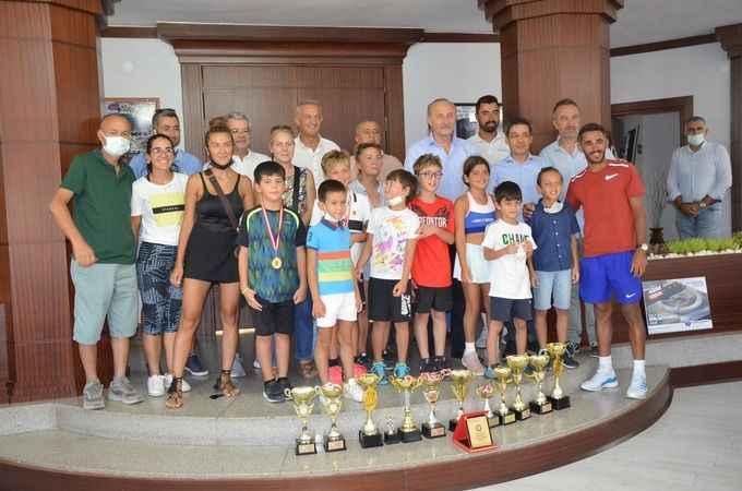 Didim'in madalyalı tenisçileri Atabay'ı ziyaret etti