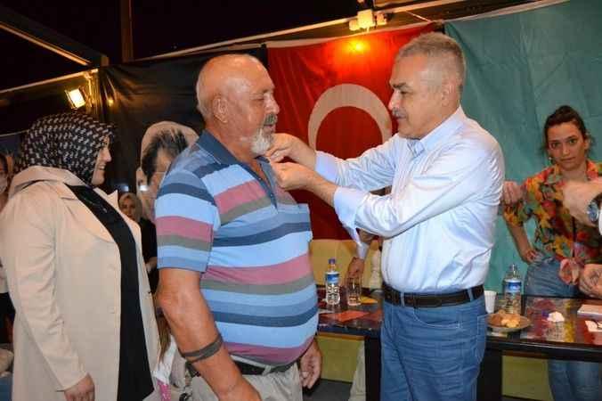 AK Partili Savaş ve Göğde, Didim'de rozet taktı