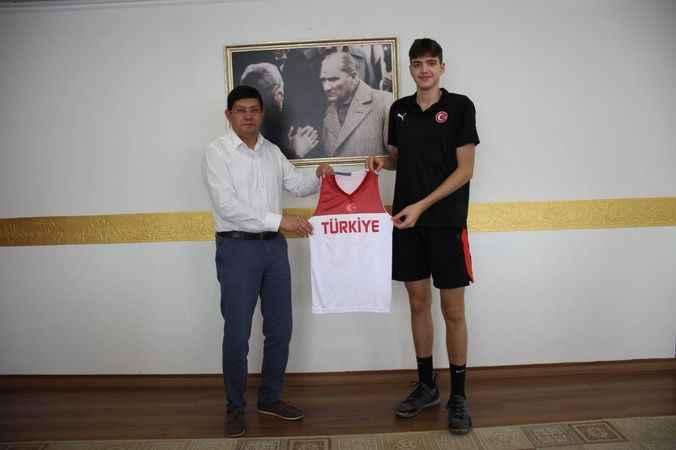 Basketbol Milli Takımı'na seçilen Ersöz'den Başkan Özcan'a ziyaret