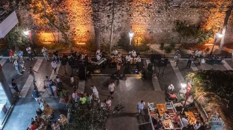 Kuşadası'nın turistik çarşıları konserlerle renkleniyor
