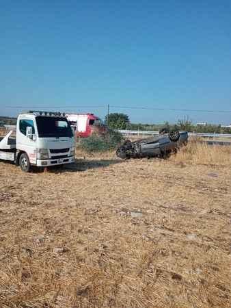 Ters dönen araçtaki sürücü kazayı ucuz atlattı