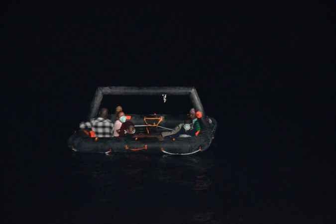 Aydın'da Türk kara sularına geri itilen 40 düzensiz göçmen kurtarıldı