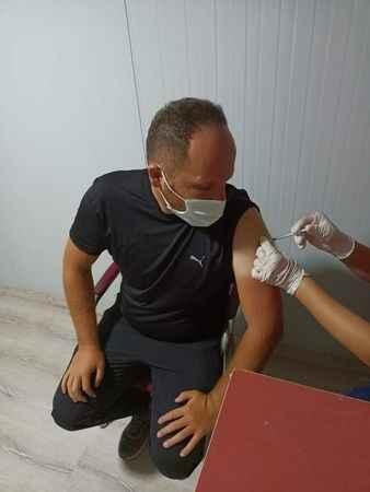 Aşı karşıtıydı, aşı olmaya davet etti