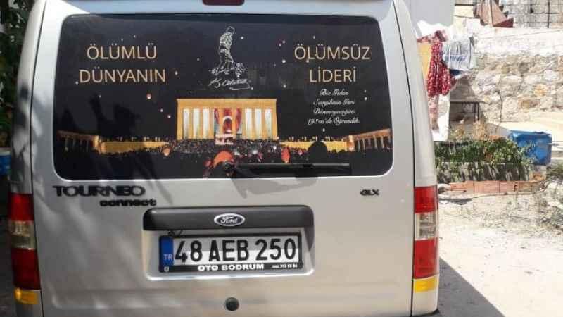 Atatürk sevgisini arabalarına işlediler