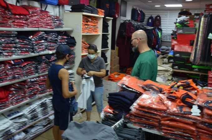 Didim'de okul kıyafet satışlarında hareketlilik başladı