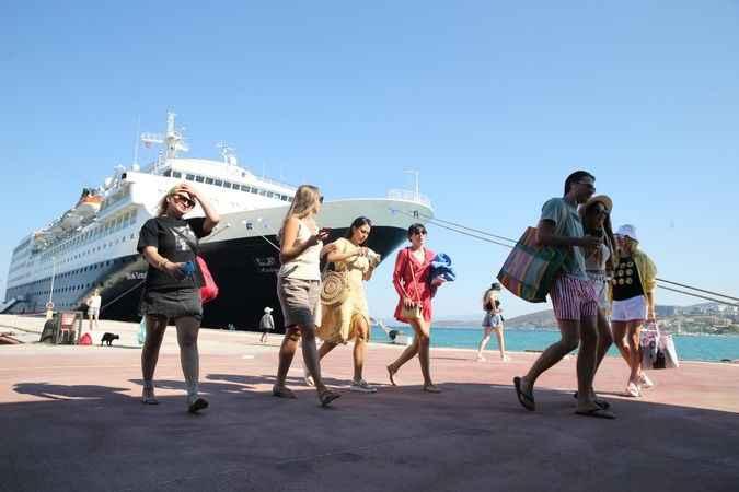 Kuşadası Limanı'na 16 ay sonra ilk kruvaziyer gemisi yanaştı