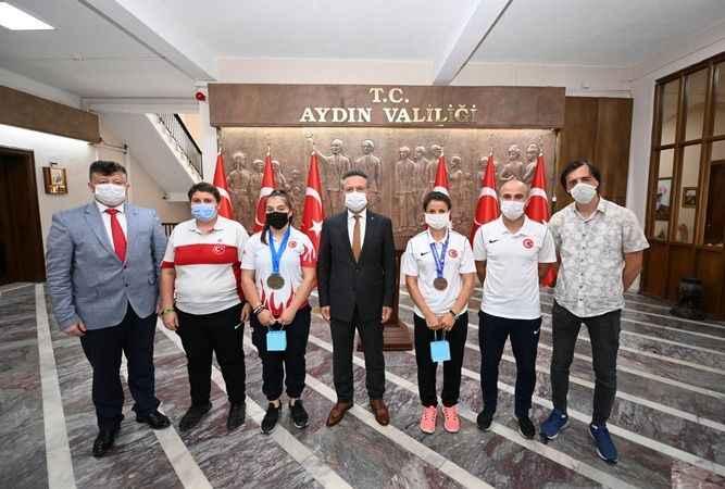 Vali Aksoy'dan madalyalı sporculara ödül