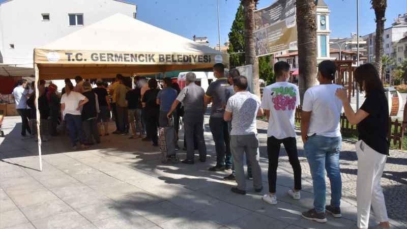Aydın'da pazar yerine kurulan aşı istasyonuna yoğun ilgi