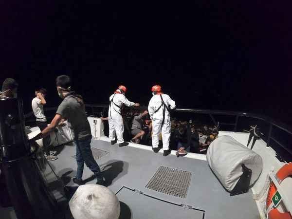 Yunanlıların ölüme terk ettiği 83 düzensiz göçmen kurtarıldı