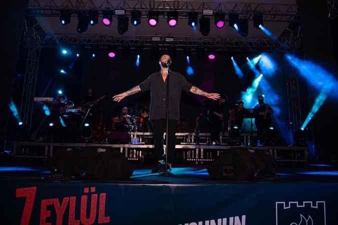 Kuşadası'nın kurtuluş kutlamalarına şarkıcı Berkay renk kattı