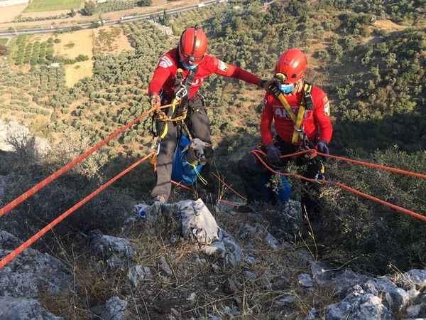 Kuşadası AKUT ekibi dağda mahsur kalan koyunu kurtardı