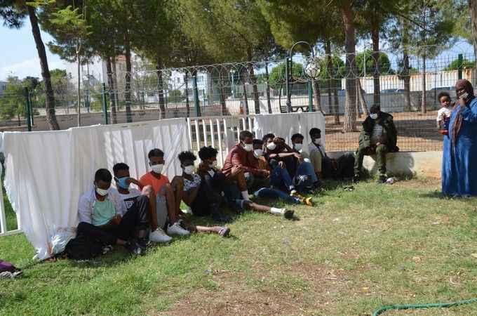 Yaya gezen düzensiz göçmenler polisten kaçamadı