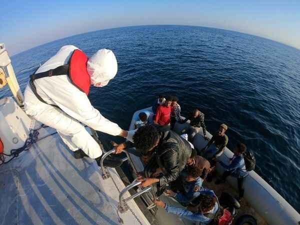 Sürüklenen lastik bottaki kaçak göçmenler kurtarıldı