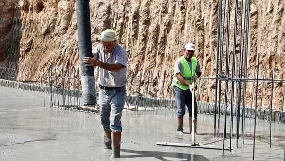 Atabay, amfi tiyatrodaki çalışmaları inceledi