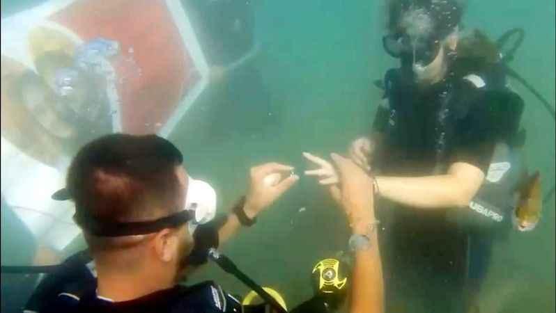 Kuşadası'nın mavi sularında evlilik teklifi