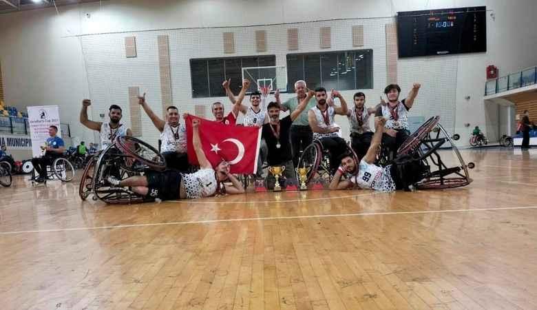 Genç Efeler, Romanya'daki turnuvada namağlup şampiyon oldu