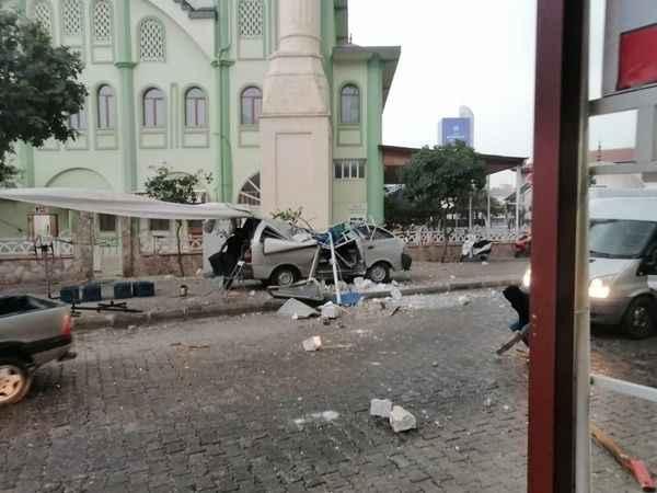 Nazilli'de cami minaresi aracın üstüne yıkıldı