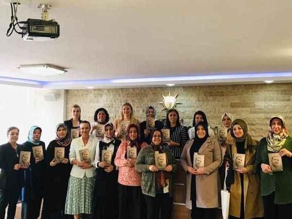 AK Partili kadınlara, Cumhurbaşkanı Erdoğan'ın kitabı hediye edildi