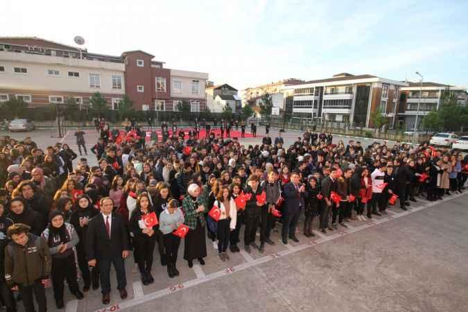 Sakarya'da öğrencilerden Türk bayrağını yırtan ırkçı Yunan milletvekiline tepki