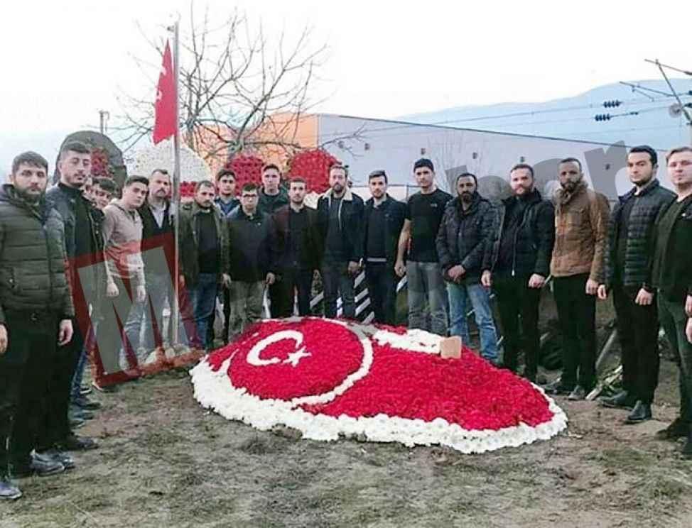 Şehidin mezarına karanfillerden Türk Bayrağı yaptılar