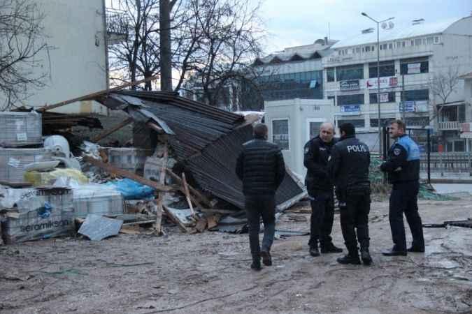 Kocaeli'de etkili olan fırtına binaların çatılarını uçurdu