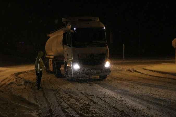 Bolu Dağı'nda yoğun kar nedeniyle tır geçişlerine izin verilmiyor
