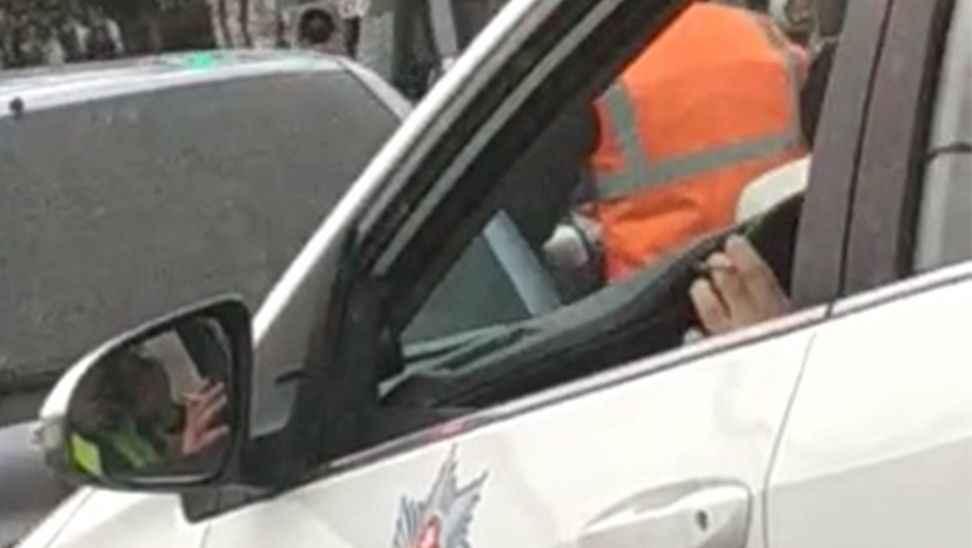 Bu sefer vatandaş onları yakaladı... Hem sigara hem cep telefonu