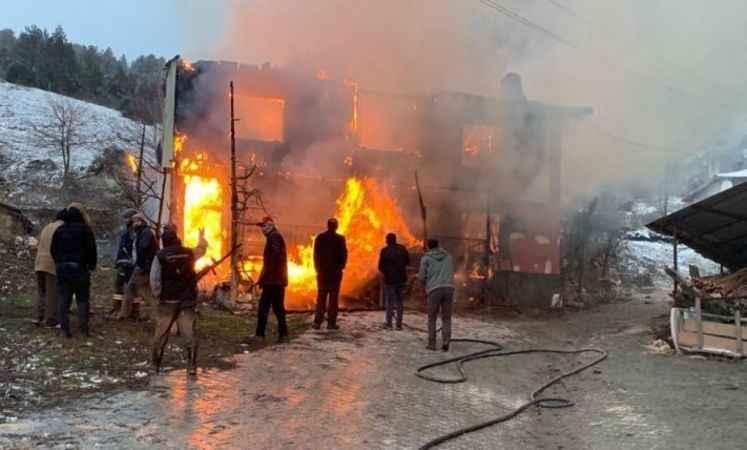 Bolu'da, 2 katlı ev alev alev yandı: 1 ölü, 4 yaralı