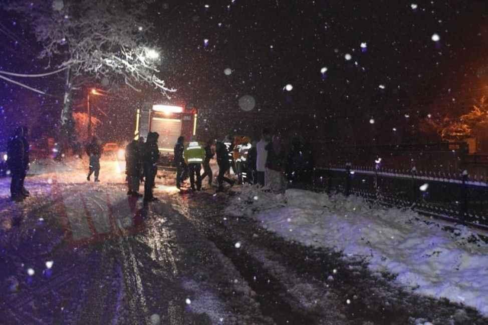 Hendek'te kar yağışı kazaya neden oldu! Otomobil dereye uçtu...