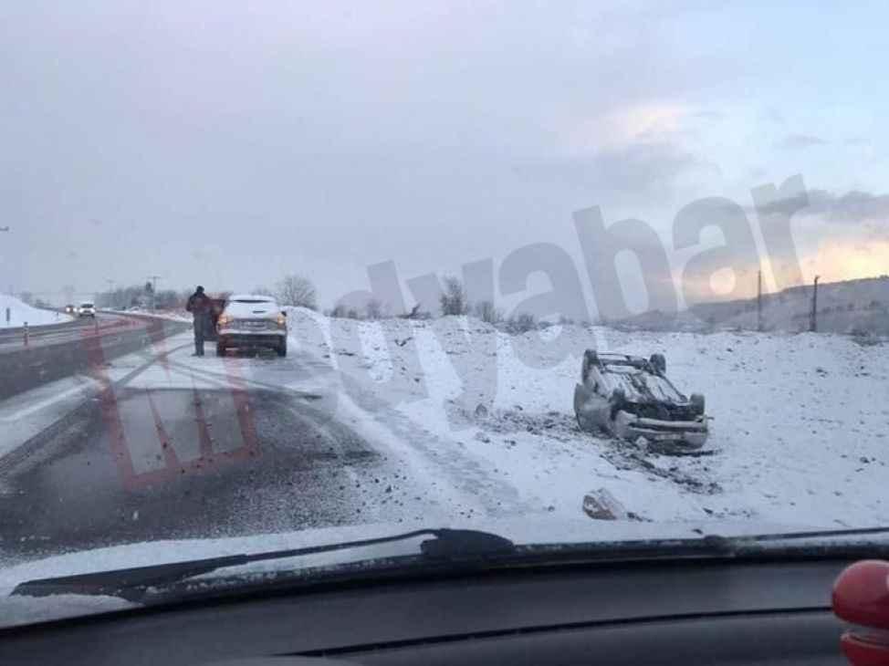 Karasu Adapazarı yolunda buzlanma nedeniyle bir araç takla attı !