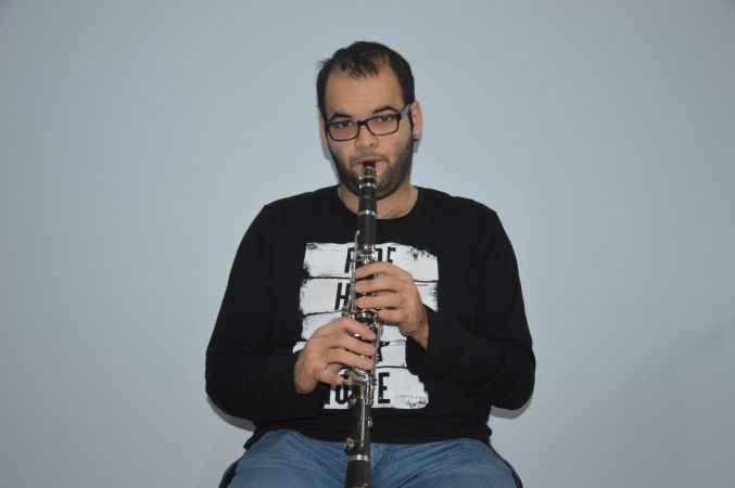 Otizmli Veysel kullandığı birçok enstrümanla yaşamını renklendiriyor