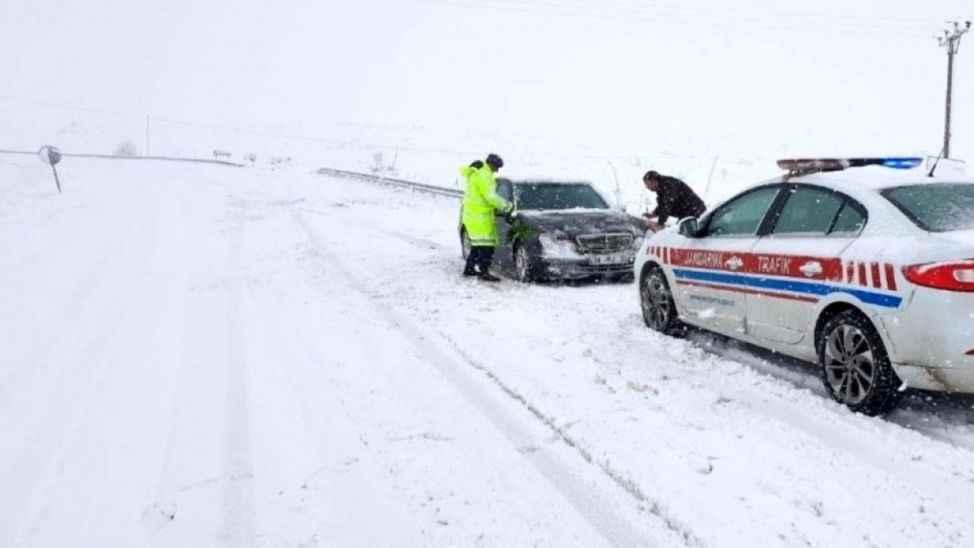 Kar raporu: 8 mahalle yolu ulaşıma kapandı