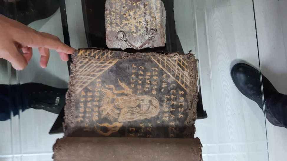 Akyazı'da tarihi Tevrat ele geçirildi! 6 kişi gözaltına alındı