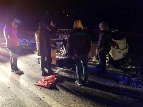 54 plakalı kamyon otomobille kafa kafaya çarpıştı
