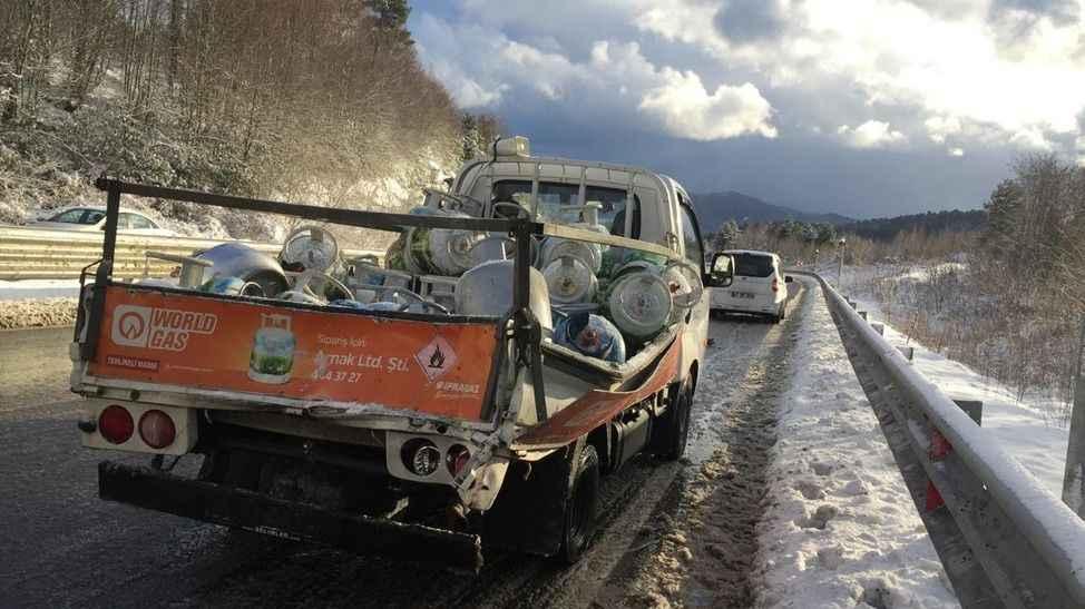 54 plakalı araç kazaya karıştı...Otobüs tüp yüklü kamyonete çarptı