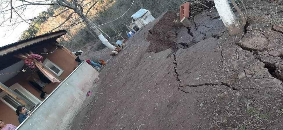 Toprak kayması nedeniyle iki katlı ev tahliye edildi